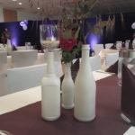 kreative Dekoration mit weißen Flaschen im Dekorationsverleih von kds events